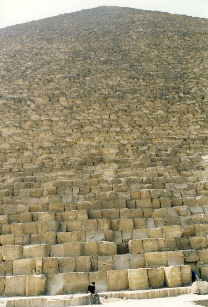 Cat de mic este un om in comparatie cu imensele piramide