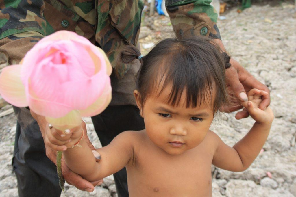 Fetita cu floare de lotus