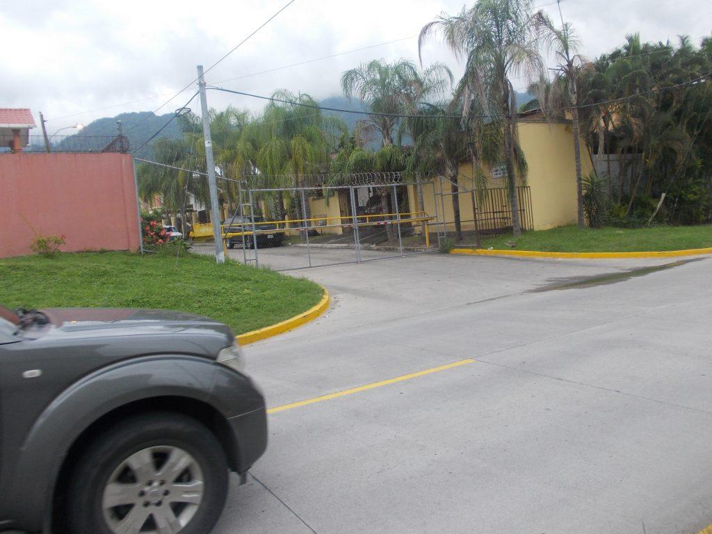Strazile din San Pedro Sula sunt asigurate cu sarma ghimpata