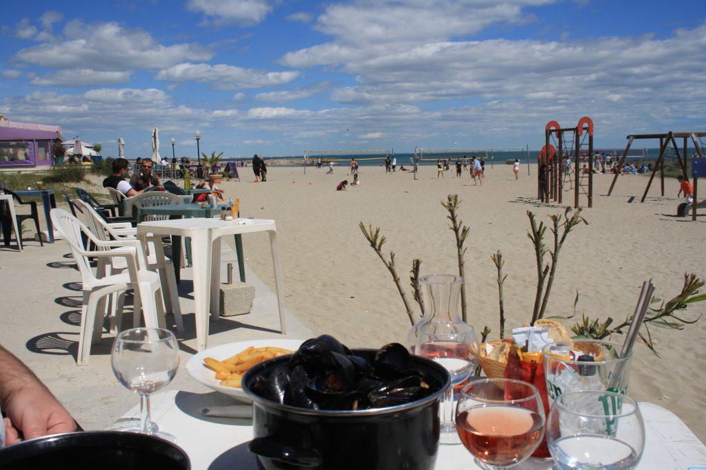 Pe plaja orasului Montpellier la un pahar de vin rosé