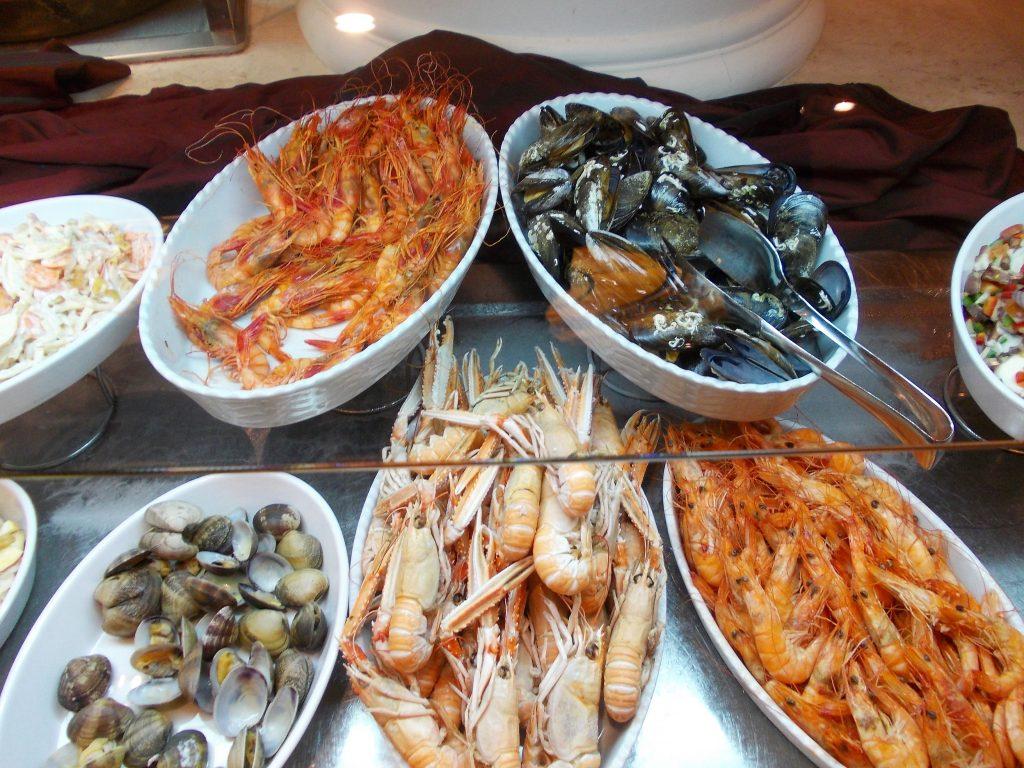 Variatiune de fructe de mare la bufet