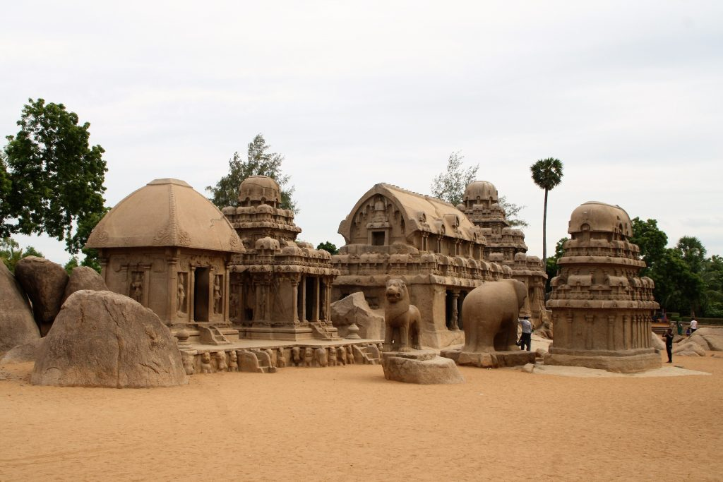 Pancha Rathas (cinci căruțe) - cinci structuri piramidale monolitice