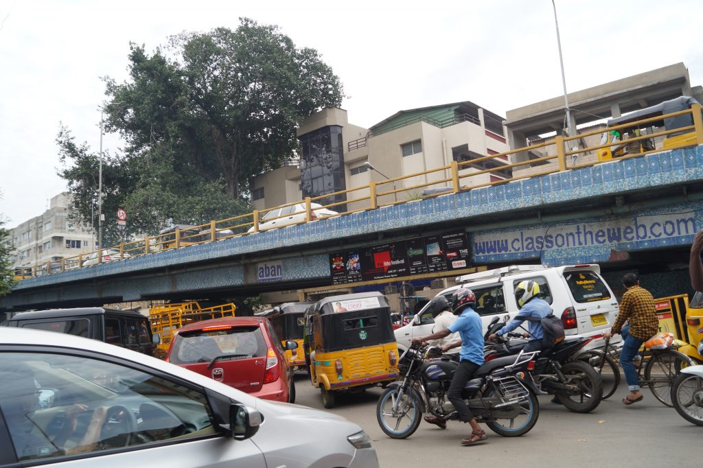 O strada tipica in India, masini, motociclete, riksas, tuc-tuc-uri, biciclete si bineinteles si vaci