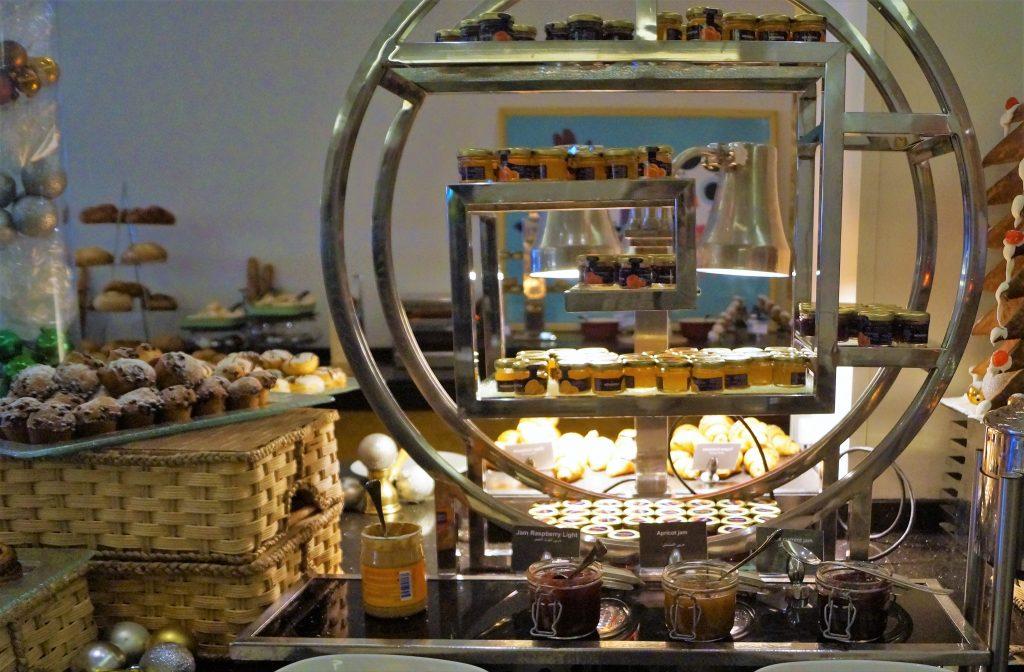 Mic dejun tipic cu marmelada Mövenpick
