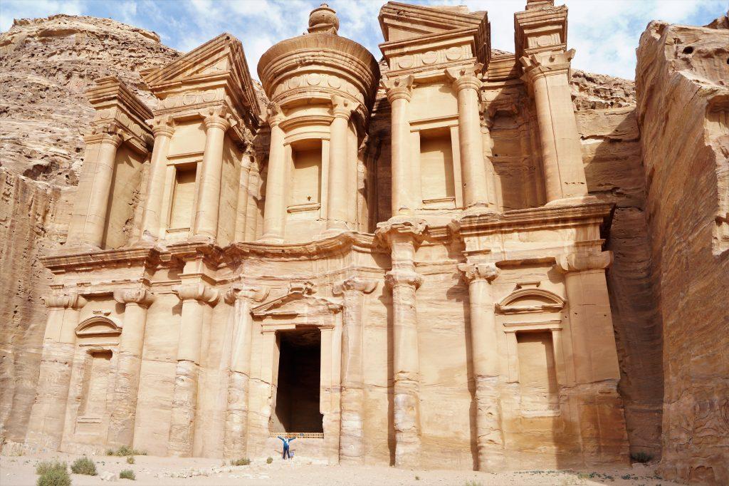 Pana sus la manastire sunt 850 de trepte