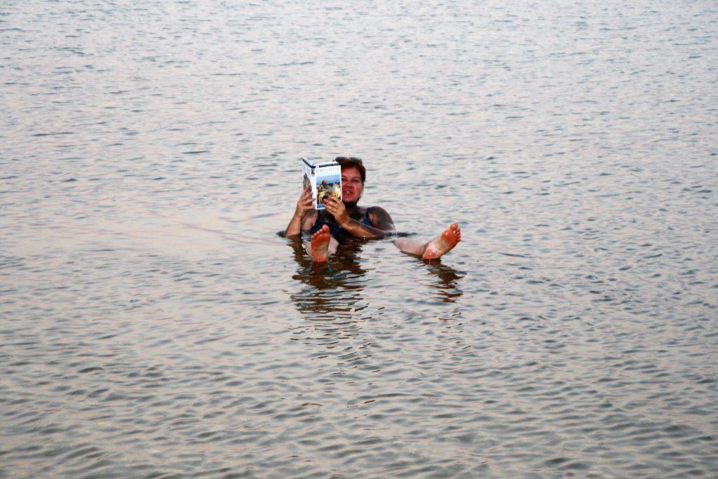Plutind la suprafata pe Marea Moarta