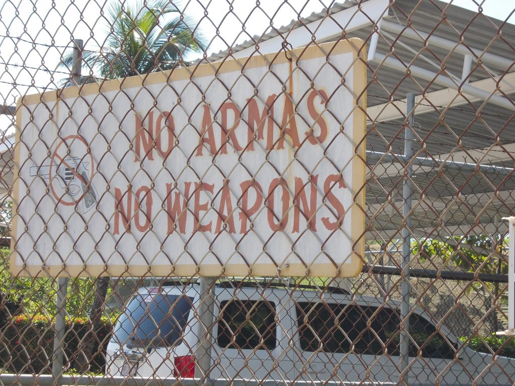 """Peste tot semne cu """"no armas"""" dar sunt sigura ca fiecare are pistolul ascuns sub centura."""