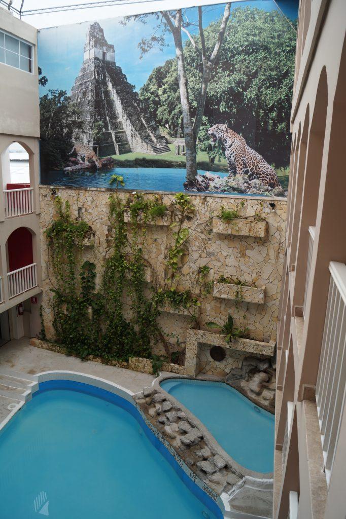 Piscina interioara a hotelului Ramada din Flores