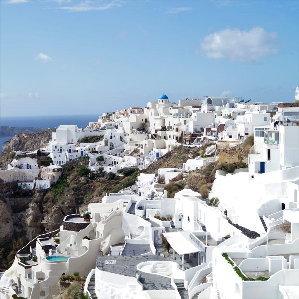 Orasul alb cocotat sus pe coasta abrupta a insulei